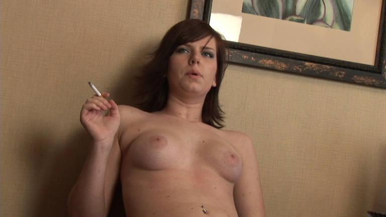 Redhead camgirl having a smoke - סרטי סקס